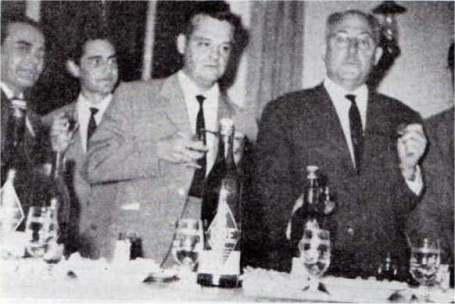 Celebración entrega trofeo campeón del Concurso Hispoamericano de fonía de 1962. De izq. a dcha. EA7HO, EA7HZ, EA7LE y EA7DB.