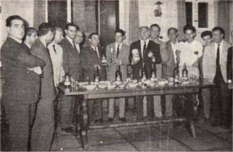 Celebración entrega trofeo campeón del Concurso Hispoamericano de fonía de 1962. De izq. a dcha.: EA7JQ, 7CY, 7EM, 7FI, 7KL, 7CP, 7HO, 7HZ segundo operador, con el trofeo; 7DB, 7LE, 7HZ primer operador; René, futuro EA7..., otro futuro; 7EL, 7DK.