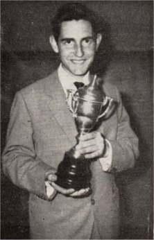 Paquito, segundo operador de la 7HZ, con la copa de campeón del Concurso Hispoamericano de fonía de 1962.